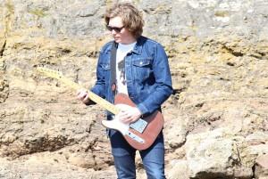 joe-perkins-digital-portishead-rocks-with-guitar